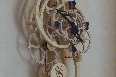 horloge en bois clé de sol par Roland Dutoya
